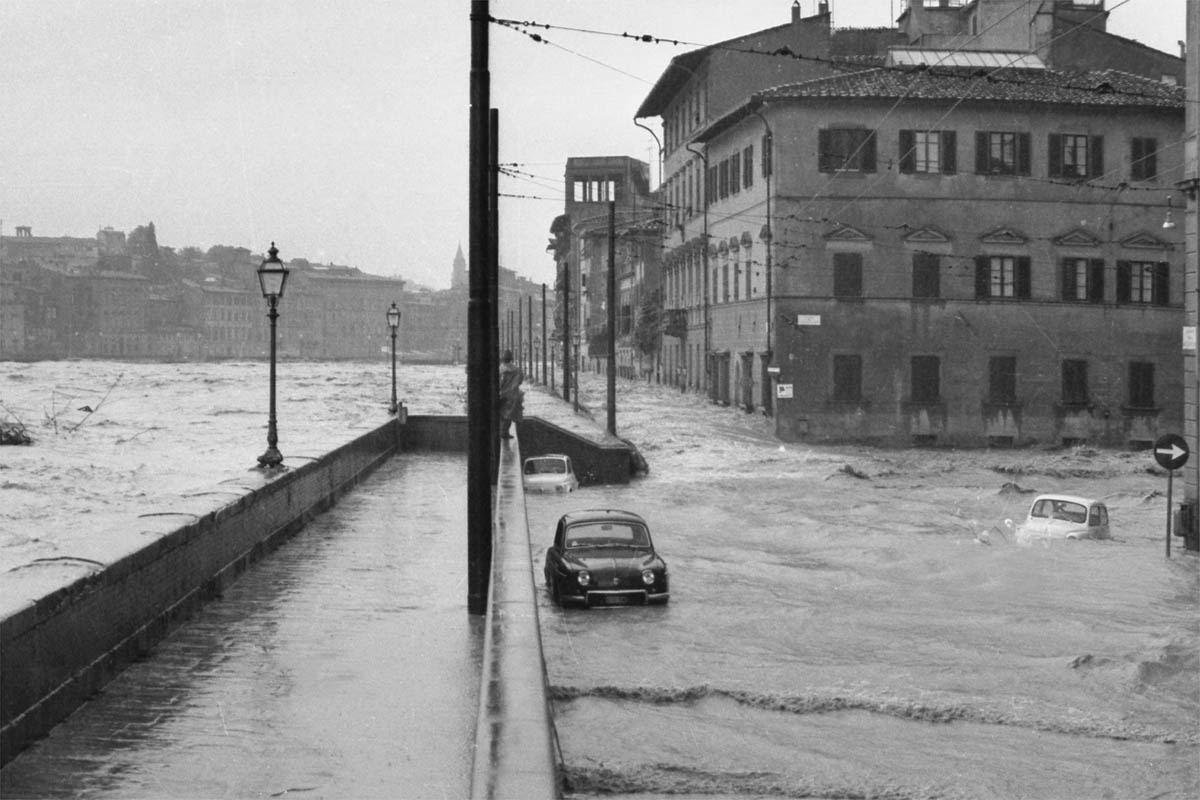 Alluvione di Firenze 1966 : zampata dell' Arno al lungarno della Zecca