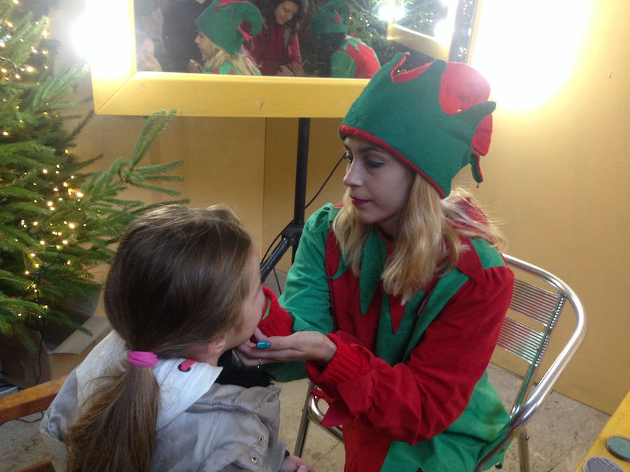 Elfi di Babbo Natale che truccano bambini