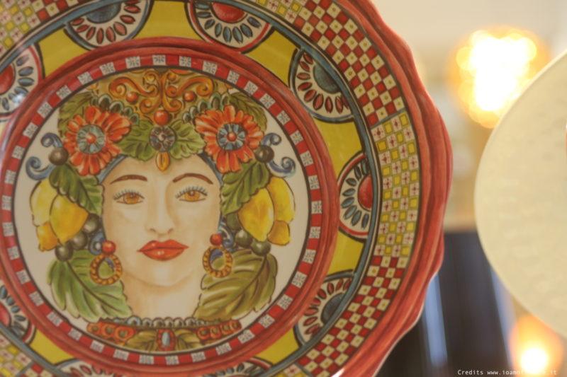 vassoi e piatti di portata in ceramica colorata da regalo